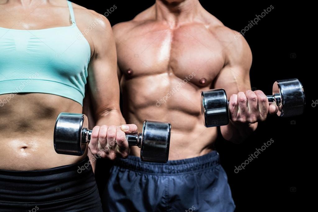 hombre haciendo ejercicio con pesas torso de mujer y hombre