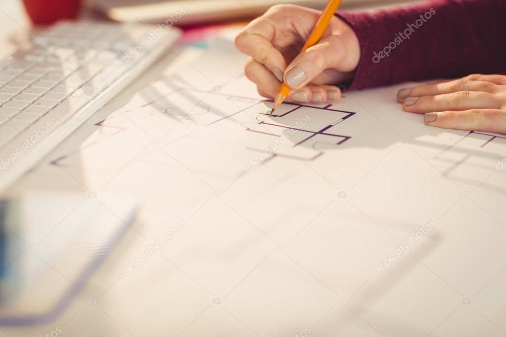 Kreative geschäftsfrau Zeichnung Pläne — Stockfoto © Wavebreakmedia ...