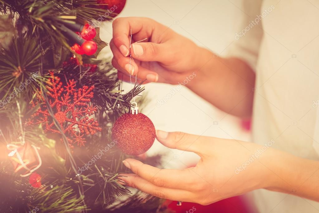 Wohnzimmer Weihnachtsschmuck Konzept : Frau weihnachtsschmuck am baum hängen u stockfoto wavebreakmedia