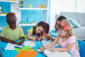 Šťastné děti těší řemesel a společně