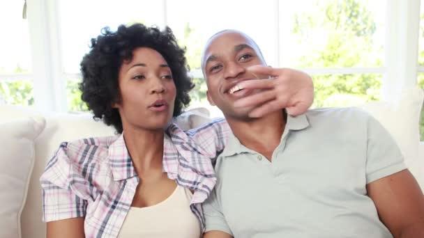 Marito e moglie guardando tv movie film che ride sul divano video stock dualstock 93287532 - Coppia di amatori che scopano sul divano ...