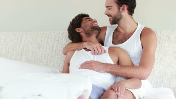 Гомосексуалы видео на мобильный