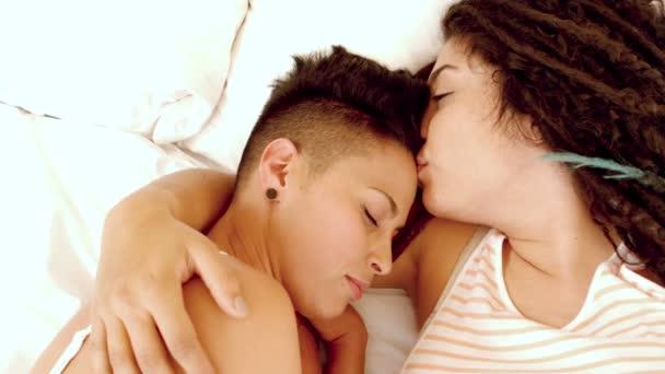Feliz Pareja De Lesbianas En La Cama Video De Stock