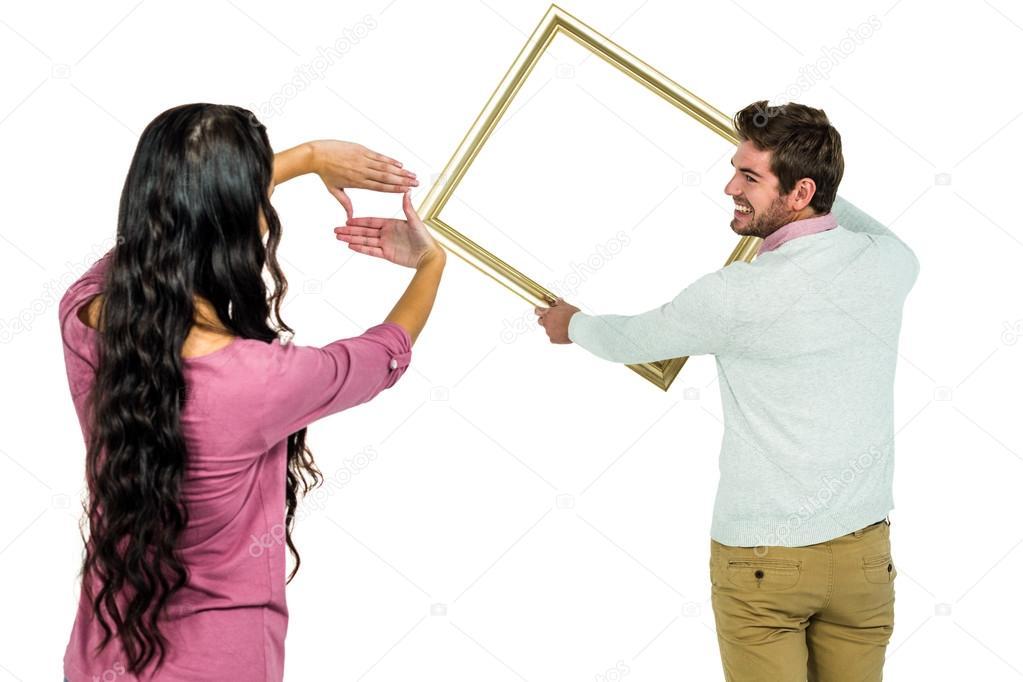 Glückliches Paar halten Bilderrahmen — Stockfoto © Wavebreakmedia ...