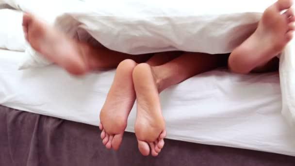 Торчит из под одеяла фото 167-397