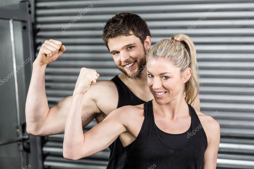 Ajuste par mostrando brazos musculares — Foto de stock ...