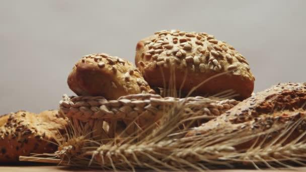 Pekárna chleba na dřevěný stůl, otáčení