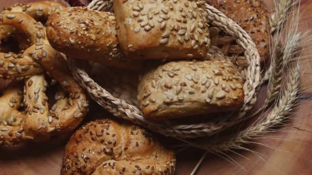 Pékség kenyér, egy fából készült asztal, forgatható