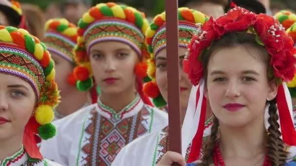 Ukrajinský skupina dívek v tradičních kostýmech na Mezinárodní folklórní Festival