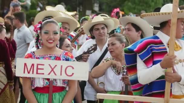 Mexická dívka v kroji na Mezinárodní folklórní Festival