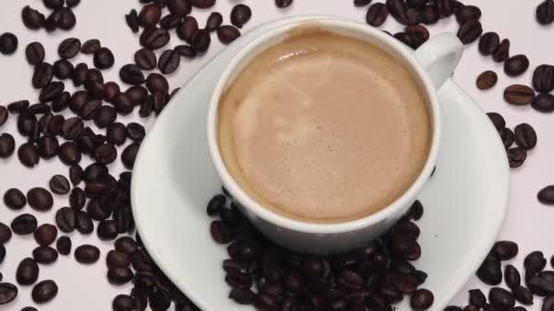 Forgó csésze kávé