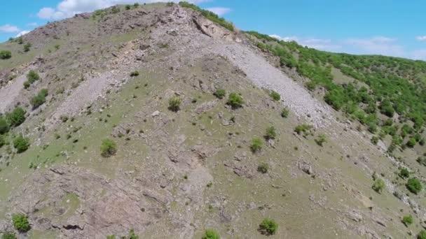 Antény přes skalní kryté horský hřeben