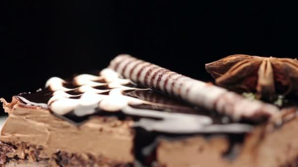Detailní záběr na dort obsahující nejvyšší noire těsta, čokoládu a vanilkový krém, otočení