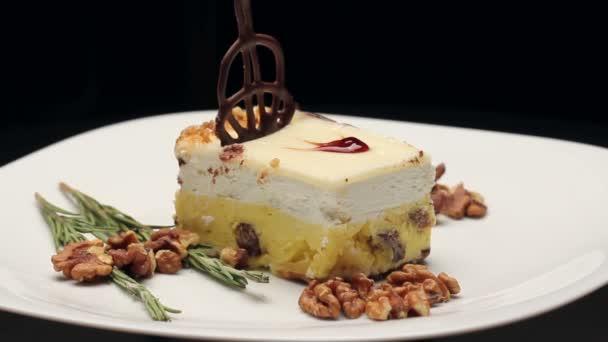 Torta Vaníliás krém fehér tányérra, forgatható
