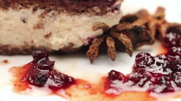 Zblízka karamelový koláč s bílou čokoládou na bílé plotně, otáčení