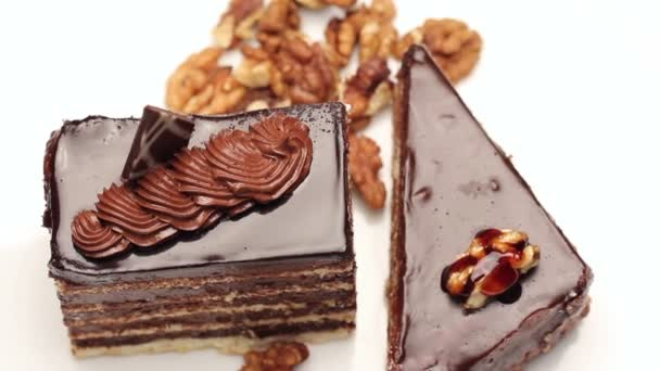 Čokoládový krém koláče na bílém štítku, otáčení