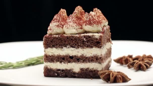 Tiramisu torta fehér tányérra, forgatható