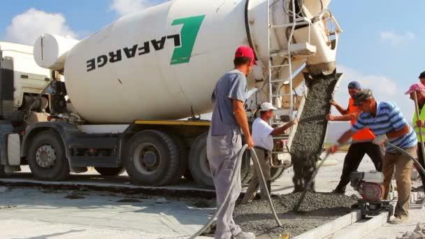Zementwagen schüttet Zement in Landebahn-Konstruktion