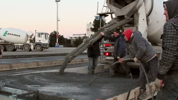 Cementu truck lití betonu do parkovací konstrukce pro letadla