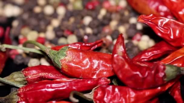 Hromadu sušených chilli a pepř na pozadí, otáčení