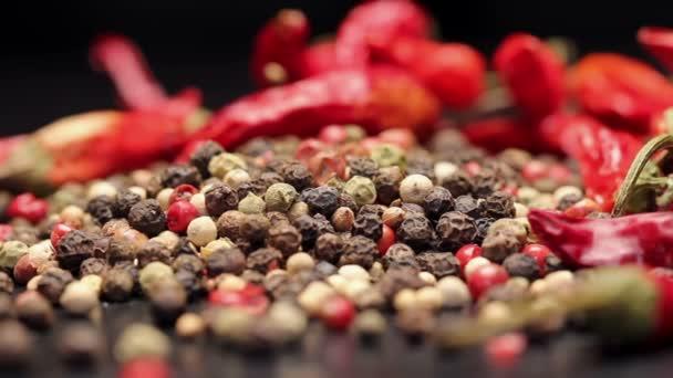 Hromadu multi barvy pepře a sušených chilli, otáčení