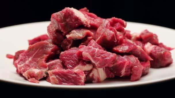 Čerstvé hovězí maso izolovaných na černém pozadí, otáčení