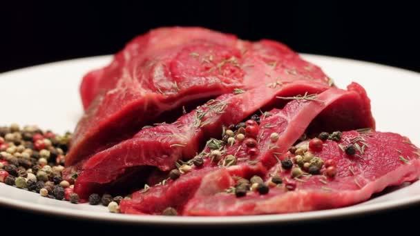 Čerstvé syrové hovězí maso s pepřem připravené na grilu, rotační