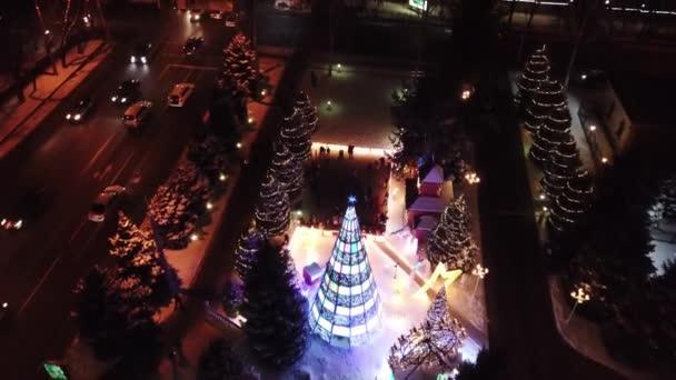 Die Stadt ist für Weihnachten und Neujahr geschmückt.