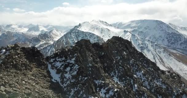 Pohled shora na skupinu turistů na vrcholu