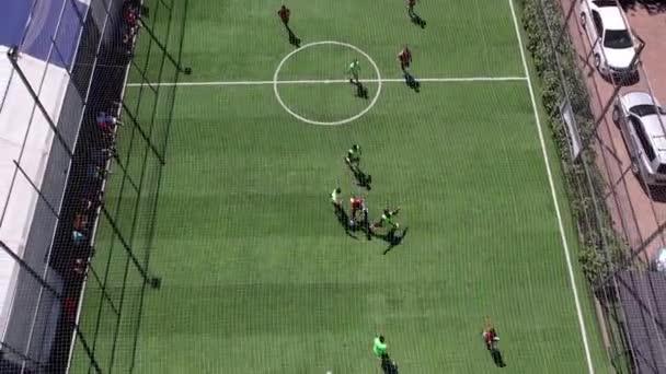 Zwei Jungs spielen Fußball auf dem Platz.