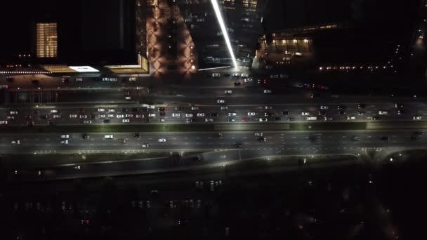 Many cars go on the road. Night city.