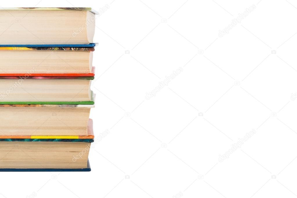 Una pila de libros en color cubiertas aisladas sobre fondo blanco. S ...