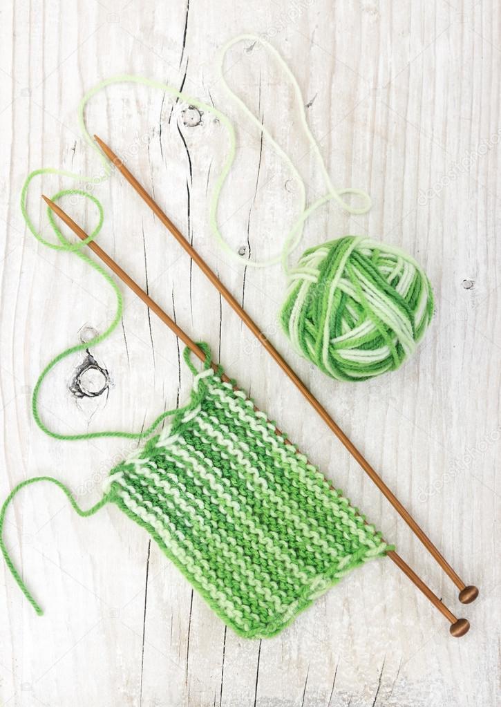Patrón de hilo verde de madera agujas de tejer — Foto de stock ...