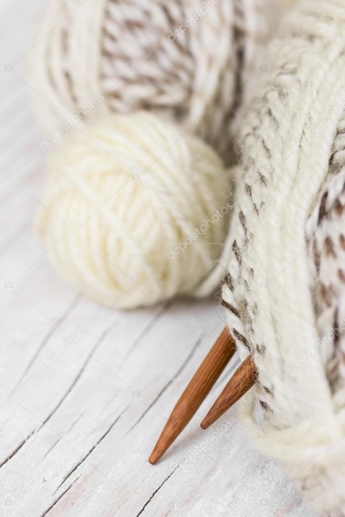 Madejas de lana y agujas de tejer de bambú — Fotos de Stock ...