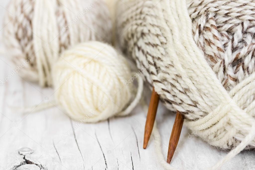 Madejas de lana y agujas que hacen punto — Foto de stock © Natalyka ...