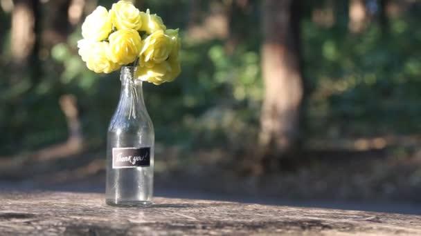 Strauß mit Rose und Schriftzug Danke, Park im Hintergrund, Platz für Text