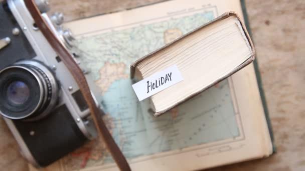 Prázdninový nápad. • Fotoaparát a cestovní mapa