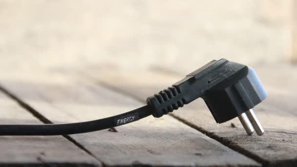 Energie-Text und Netzstecker