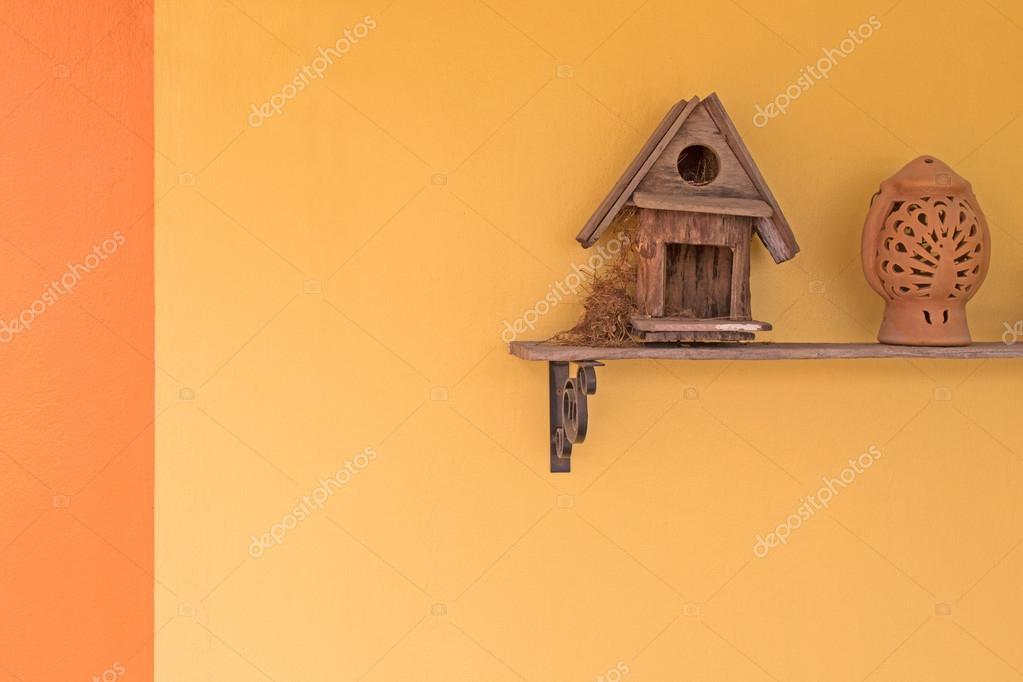 Ekster robin vogel zijn nest in houten vogel huis bouwen u2014 stockfoto