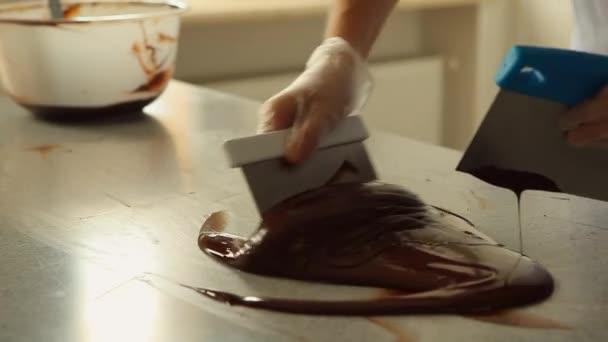 Rozpuštěné hořké čokolády míchání na stůl Video záběry Hd 1080p.