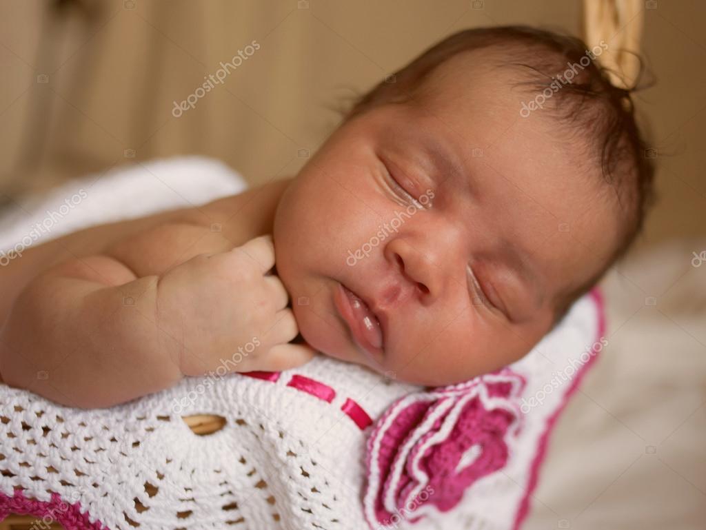 svart liten nyfödd bebis sova — stockfotografi © vitalinka #89519354