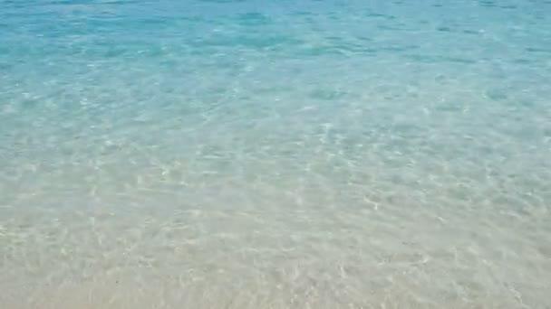 Vlna na písku pobřeží