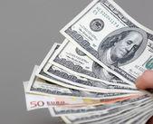 Hány dollárt alá a férfi kezét a pénz