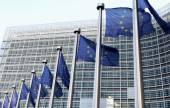 evropské vlajky v přední budově berlaymont, ústředí Komise v Bruselu.