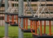 Schaukeln auf einem öffentlichen Spielplatz
