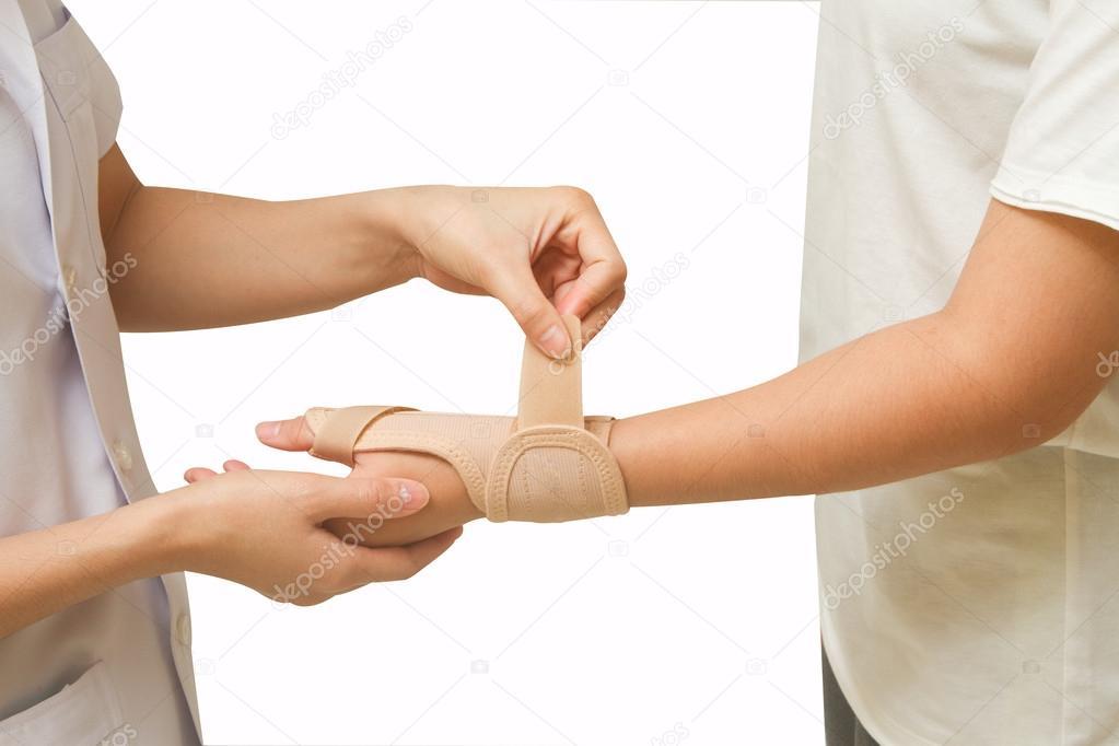 Fisioterapeuta ayuda a paciente de la mujer lleva una ortesis de ...