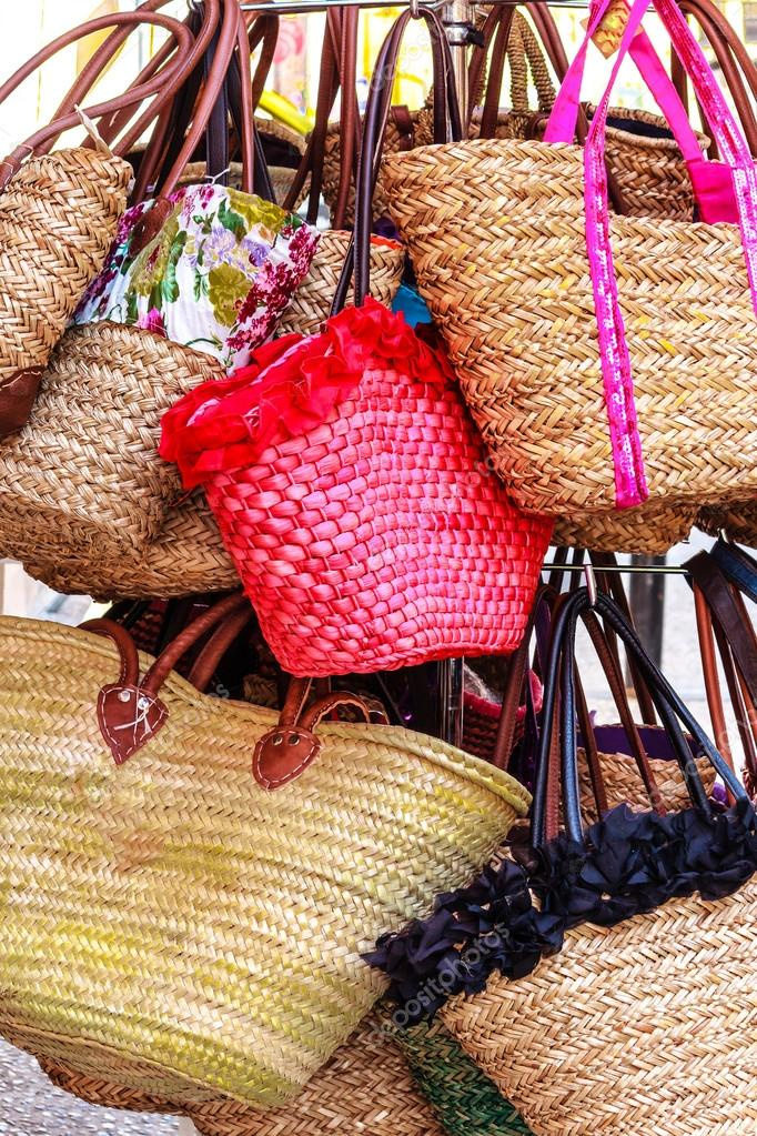 Borse Di Paglia Decorate Alluncinetto : Colorate borse di paglia decorate ping foto stock