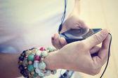 Fényképek A fejhallgató-val szúró telefon zenehallgatásra nő