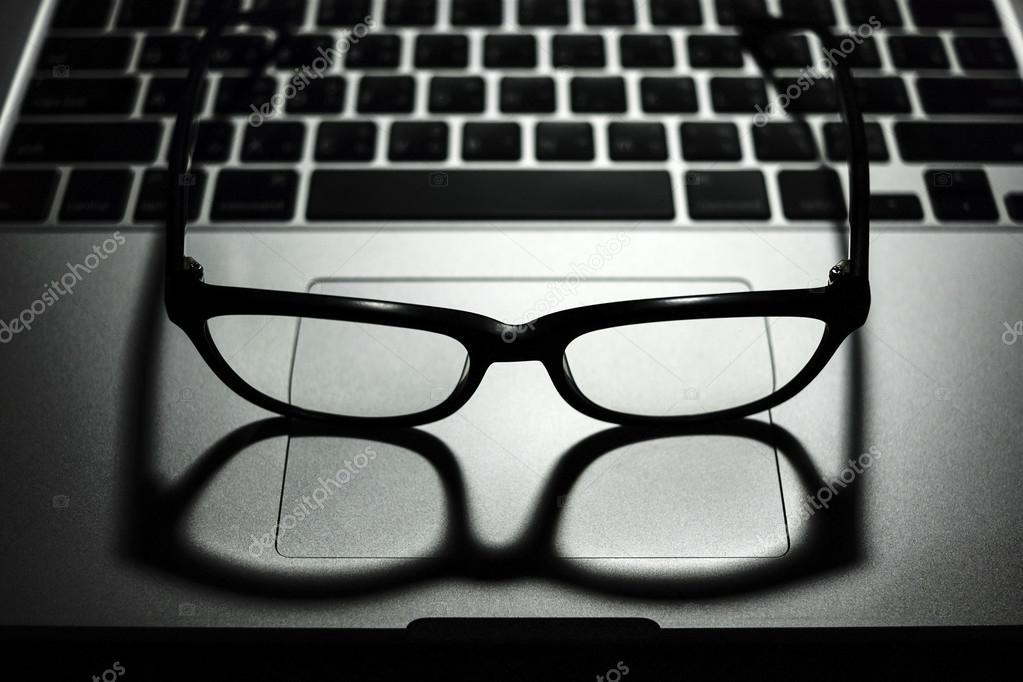 Bril Met Licht : Bril op laptop computer weinig belangrijke licht u stockfoto
