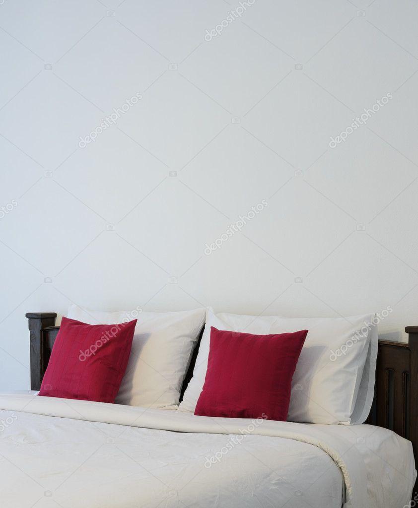 wit slaapkamer met nette witte bed stockfoto